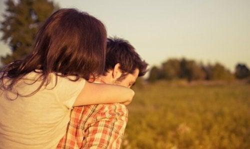 恋愛へのコミットメントは自由を奪う?