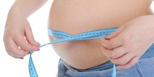 ウエストを測る妊婦