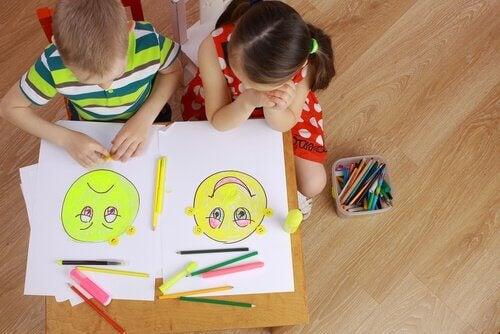 絵で感情を表す子供