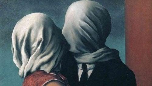 顔を覆った二人のキス