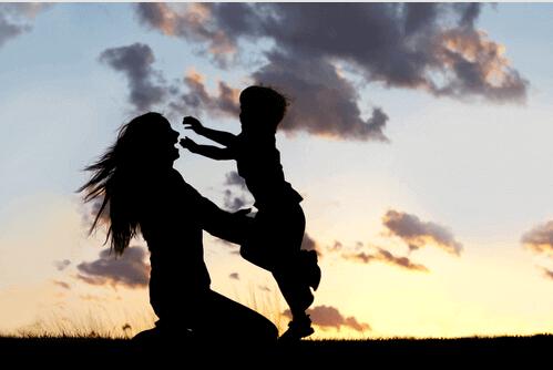 子どもと母親の影