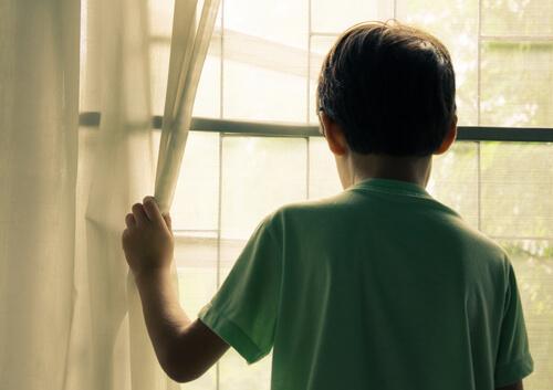 外を見る子ども