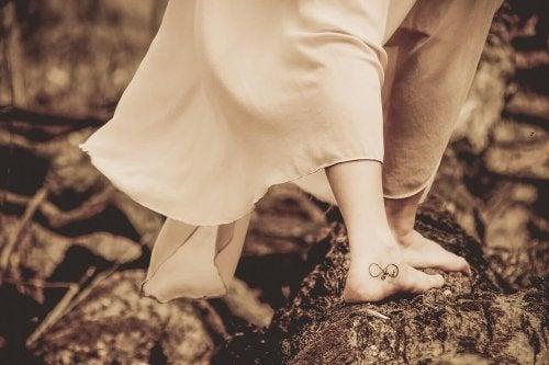 タトゥーの足