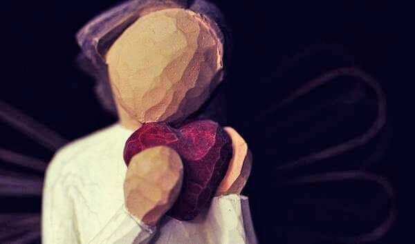 ハート手にする人形