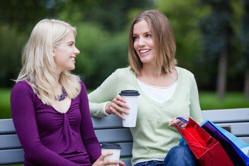 見知らぬ人と話す時に開放的に感じる理由