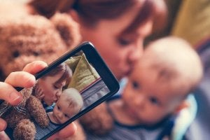 シェアレンティング:子供をソーシャルメディアに載せるリスク