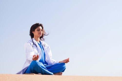 ヘルスケアに関わる職員の感情制御とは?