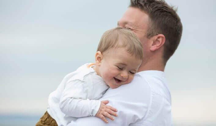 なぜ親は赤ちゃんを左側に抱くの?