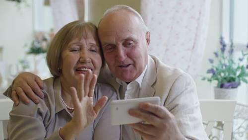 外出自粛中も祖父母と連絡を取り合おう
