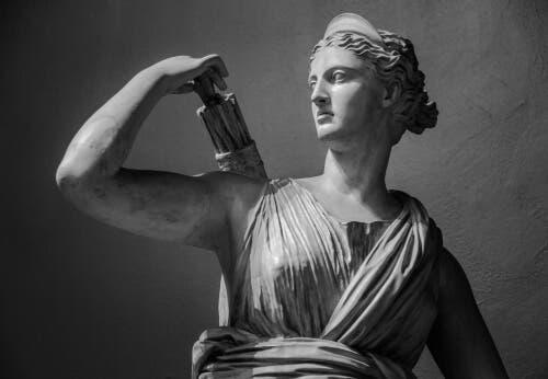 自然の女神、アルテミスの神話について