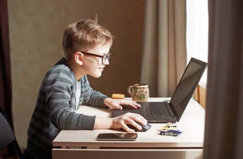 オンライン学習:親、子ども、教師の間の混乱