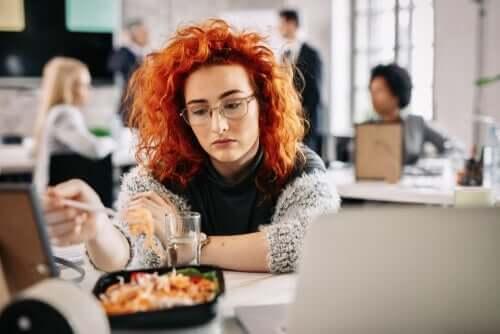 退屈紛らわし食い:その正体と原因について