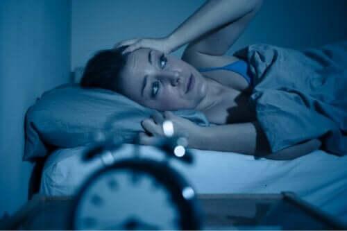夜間に悪化する不安感の原因と対処法について