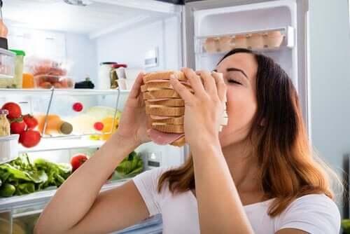 ストレスで普段よりたくさん食べてしまうのはなぜ?