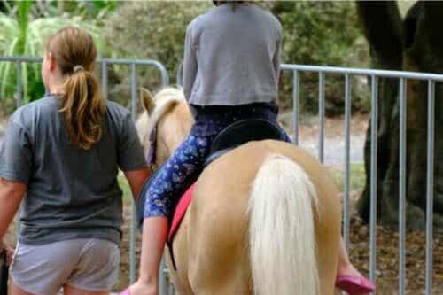 乗馬セラピーの利点、利用法、実践